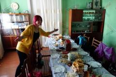 Vår guide Katie poserar vid matbordet, Stepantsminda.
