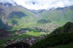 Vy över Stepantsminda från Gergeti Trinity-kyrkan på 2170 meters höjd.