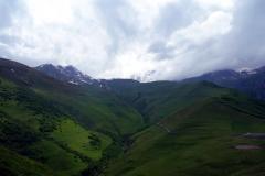Mäktiga Kaukasus-bergen från Gergeti Trinity-kyrkan.