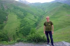 Stefan framför mäktiga Kaukasus-bergen vid Gergeti Trinity-kyrkan.