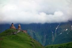 Gergeti Trinity-kyrkan på 2170 meters höjd med Kaukasus-bergen i bakgrunden.