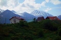 Gudauri med Kaukasus-bergen bakgrunden.