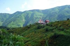 Kyrka i Gudauri med Kaukasus-bergen bakgrunden.