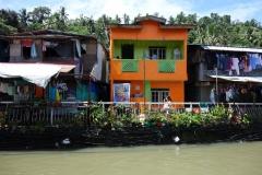 Bostäder vid floden i centrala Tacloban.