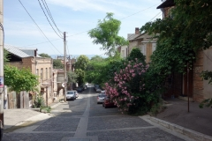 Gatuscen på min promenad till bergbanan på morgonen, Tbilisi.
