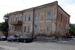 Sliten men vacker arkitektur högst upp på Mtatsminda Street, Tbilisi.