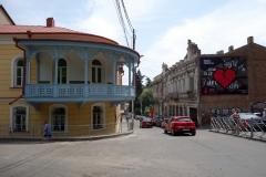 Detta restaurerade hus som byggdes på 1800-talet blev en liten besvikelse då jag sett bilder på hur huset såg ut innan. Samtidigt var restaureringen säkert helt nödvändig för att undvika att huset rasade ihop. Gamla Tbilisi.