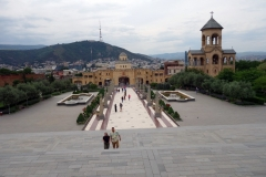 Längst ner i bild entrén till Georgiens största katedral, Sameba Cathedral, Tbilisi. Här står jag med ryggen mot katedralen.