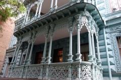 Fantastiskt trähus från slutet av 1800-talet på en bakgård i centrala Tbilisi.