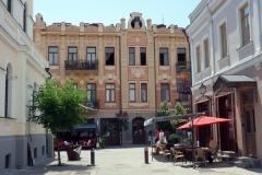 Huset längst ner i bild ligger längs David Aghmashenebeli-avenyn och är ett exempel på Tbilisis Art Nouveau-arkitektur.