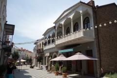 Traditionell arkitektur med snidade träbalkonger längs David Aghmashenebeli-avenyn, Tbilisi.