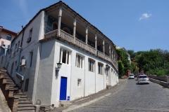 Fint traditionellt hus med snidade träbalkonger, Tbilisi.
