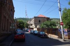 Gatuscen längs Kote Makashvili street med Tbilisis tv-torn längst upp i bild.