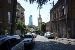 Gatuscen  längs Mikheil Zandukeli street med Biltmore hotel och Cinema House i bakgrunden, Tbilisi.