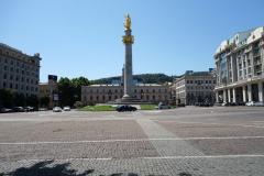 Frihetstorget med frihetsmonumentet och rådhuset i bakgrunden, Tbilisi.