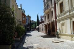 Gatuscen längs vackra Ioane Shavteli St, Tbilisi.