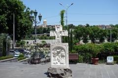 Kors på gården utanför Sioni Cathedral, Tbilisi. I bakgrunden syns tornet på Sameba Cathedral.