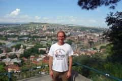 Stefan vid foten av Kartlis Deda med centrala Tbilisi bakom ryggen.