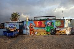 Byggnad med graffiti längs Homat Hayam Promenade, Tel Aviv.