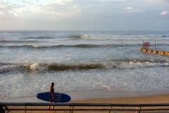 Surfare vid stranden längs Homat Hayam Promenade, Tel Aviv.