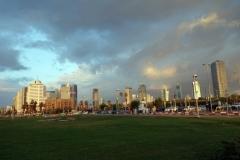 Del av Tel Avivs skyline från Charles Clore Park.