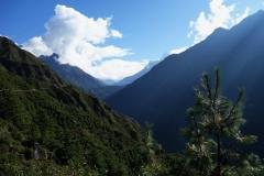 Utsikt över Khumbu-dalen i nordlig riktning längs EBC-trekken mellan Namche Bazaar och Tengboche. Toppen av Ama Dablam (6812 m) kan skymtas på bilden.