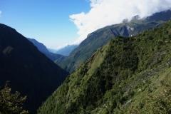 Utsikt över Khumbu-dalen i sydlig riktning längs EBC-trekken mellan Namche Bazaar och Tengboche. Tittar man noga kan man urskilja Edmund Hillary-hängbron över floden!