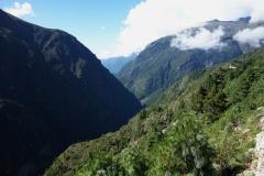 Utsikt över Khumbu-dalen i sydlig riktning längs EBC-trekken mellan Namche Bazaar och Tengboche.
