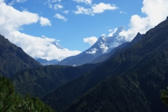 Utsikt över Lhotse-massivet och Ama Dablam längs EBC-trekken mellan Namche Bazaar och Tengboche.