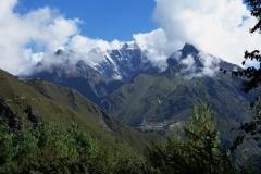 Utsikt över idylliska byn Phortse och Lhotse-massivet längs EBC-trekken mellan Namche Bazaar och Tengboche.