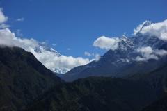 Utsikt över del av Lhotse-massivet och Ama Dablam längs EBC-trekken mellan Namche Bazaar och Tengboche.