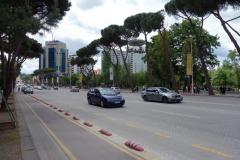Gatuscen längs Bulevardi Dëshmorët e Kombit (martyrernas boulevard), Tirana.