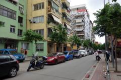 Gatuscen längs mysiga Rruga Qemal Stafa, Tirana.