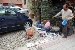 En man som säljer diverse begagnade prylar längs Rruga Qemal Stafa, Tirana.