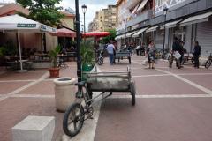 Gågata som leder till centrala marknaden i Tirana.