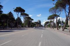 Gatuscen längs Bulevardi Dëshmorët e Kombit (martyrernas boulevard), Tirana. Denna bild fick jag offra mig lite extra för att ta.