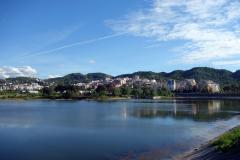 Den konstgjorda sjön vid Parku i Madh Kodrat e Liqenit, Tirana.