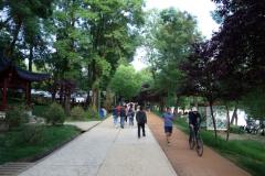 Leden runt  sjön  i parken Parku i Madh Kodrat e Liqenit, Tirana.
