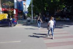 Gatuscen i centrala Tirana med Blues Brothers i bakgrunden. Bröderna Belushis föräldrar kom från Albanien. John var den av bröderna som var med i den framgångsrika filmen från 80-talet.
