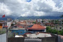 Foto över Tirana taget på min promenad upp till martyrernas kyrkogård som tråkigt nog var stängt när jag kom dit.