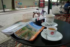Kaffepaus på gågatan Shëtitorja Murat Toptani, Tirana.