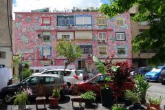 Fantasifull fasad på bostadshus i centrala Tirana.