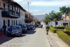 Militären patrullerar gata vid Parque Antonio Nariño, Villa de Leyva.