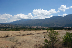 Villa de Leyva och de vackra bergen i bakgrunden.