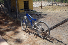 Min hyrda cykel parkerad inför promenaden till Pozos Azules några kilometer utanför Villa de Leyva.