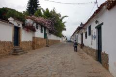 Gatuscen längs Carrera 8 i centrala Villa de Leyva.