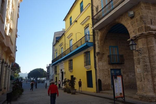 Gatan Empedrado vid Plaza de la Catedral, Habana Vieja, Havanna.