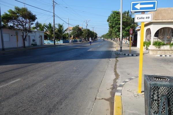 Gatuscen vid Calle 49 längs Av 1 i östra Varadero.