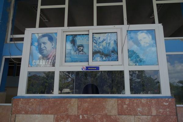 Bilden föreställer en biljettlucka på den tråkiga busstationen i Camagüey i väntan på Viazul-bussen till Santa Clara, Camagüey.