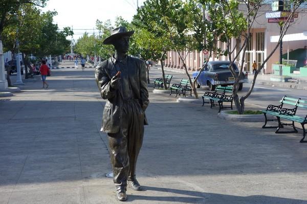 Bronsstaty av Benny Moré längs Paseo del Prado (calle 37). Kanske den största kubanska sångaren genom tiderna, Cienfuegos.